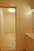 洗面脱衣室横のウォークインクローゼット