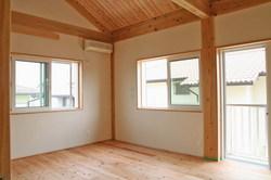 杉床の寝室